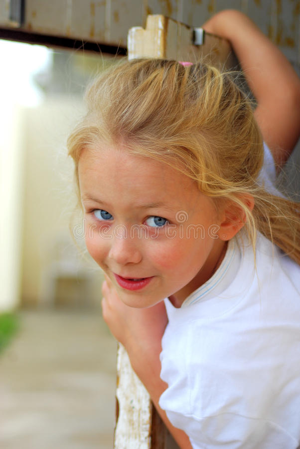 κορίτσι πορτών που τιτιβίζ&e στοκ φωτογραφίες