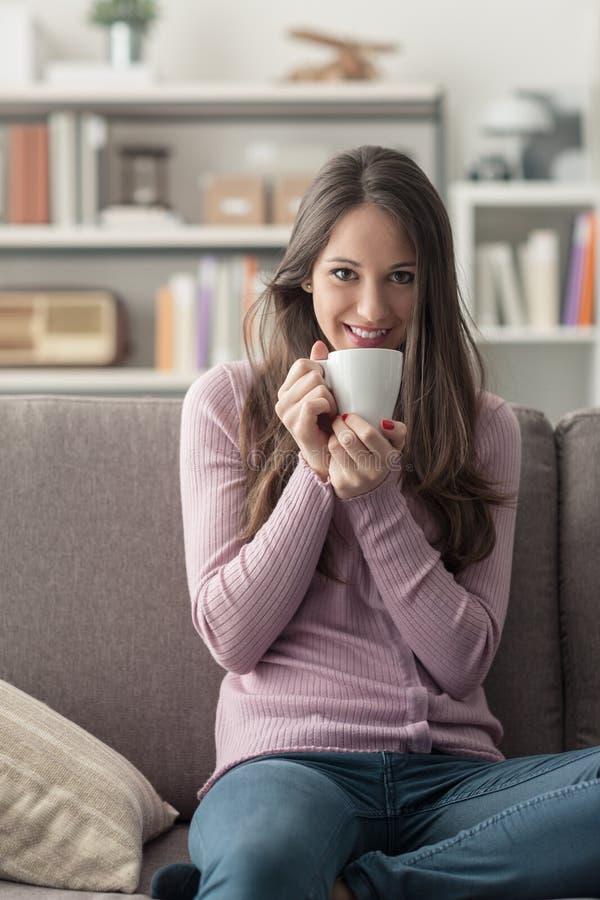 Κορίτσι που έχει έναν καφέ στο σπίτι στοκ εικόνες