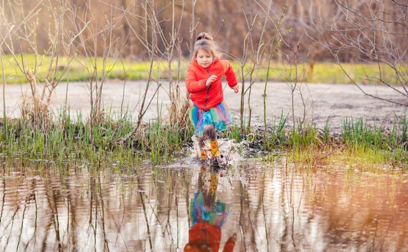 Κορίτσι που έχει τη διασκέδαση στη λακκούβα στοκ εικόνα με δικαίωμα ελεύθερης χρήσης