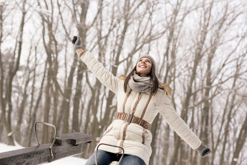Κορίτσι που έχει τη διασκέδαση seesaw στοκ εικόνες