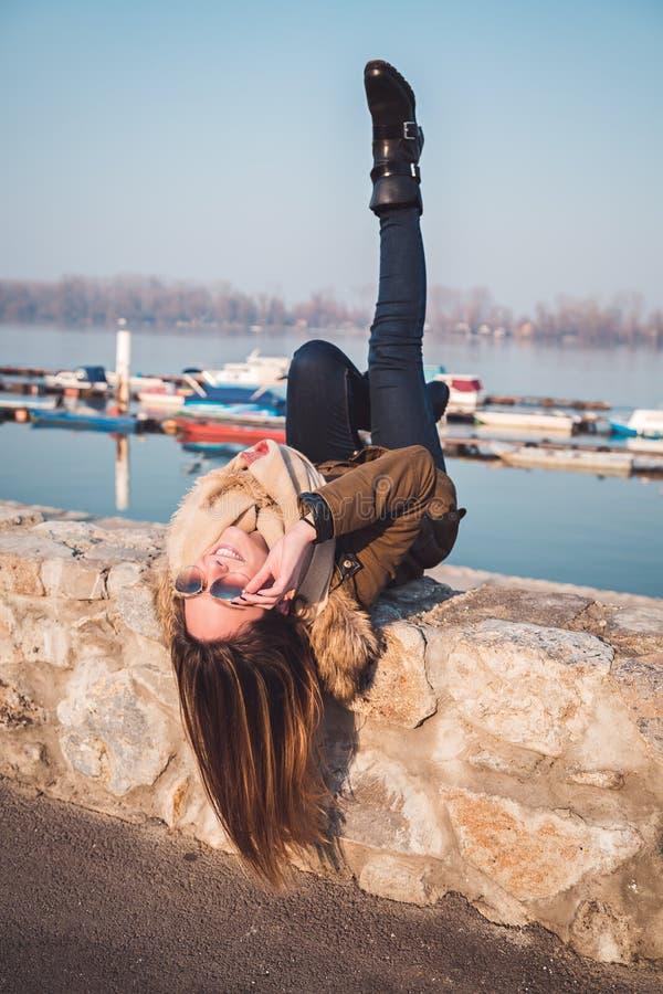 Κορίτσι που έχει τη διασκέδαση με την επικεφαλής άνω πλευρά - κάτω στοκ φωτογραφίες με δικαίωμα ελεύθερης χρήσης