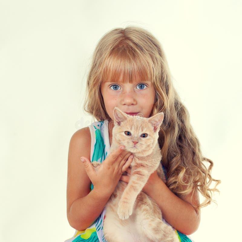 Κορίτσι που αγκαλιάζει ένα μικρό γατάκι στοκ φωτογραφίες με δικαίωμα ελεύθερης χρήσης