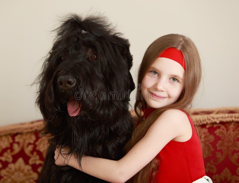 Κορίτσι που αγκαλιάζει ένα σκυλί στοκ εικόνες