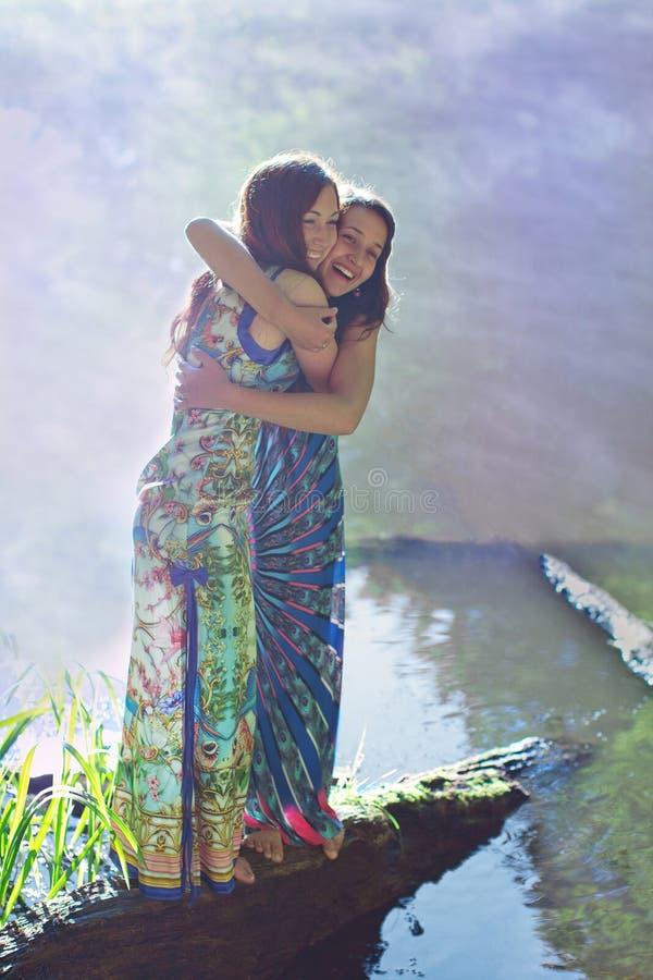 Κορίτσι που αγκαλιάζει τη φίλη του στοκ εικόνα