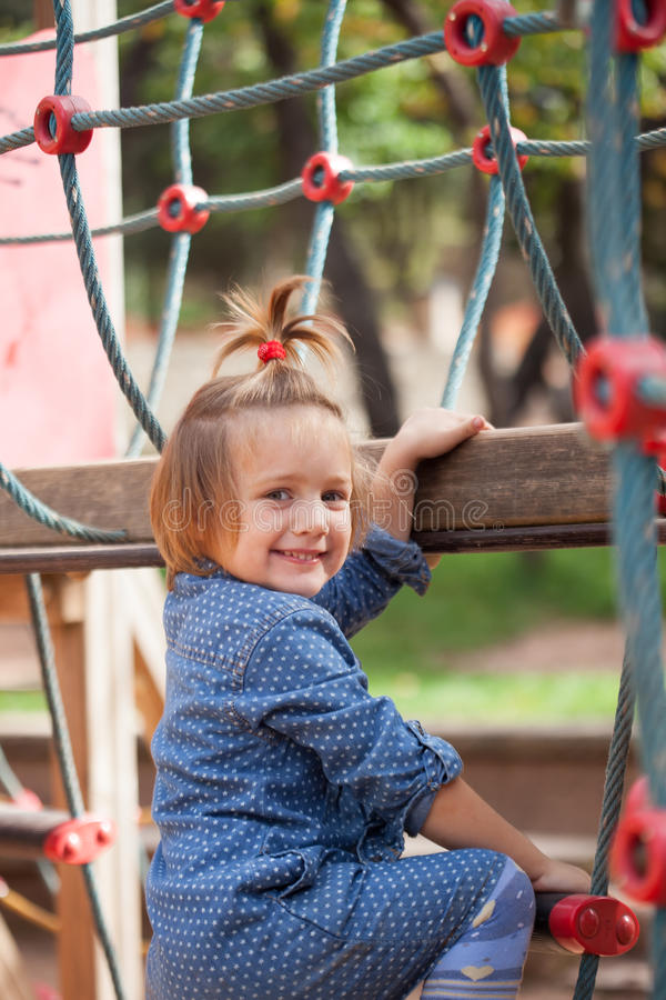 Κορίτσι που αναπτύσσει την επιδεξιότητα στην παιδική χαρά στοκ φωτογραφία με δικαίωμα ελεύθερης χρήσης