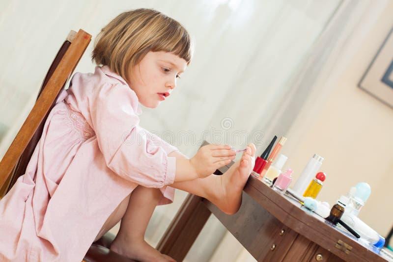 Κορίτσι που αναπτύσσει την επιδεξιότητα στην παιδική χαρά στοκ φωτογραφία