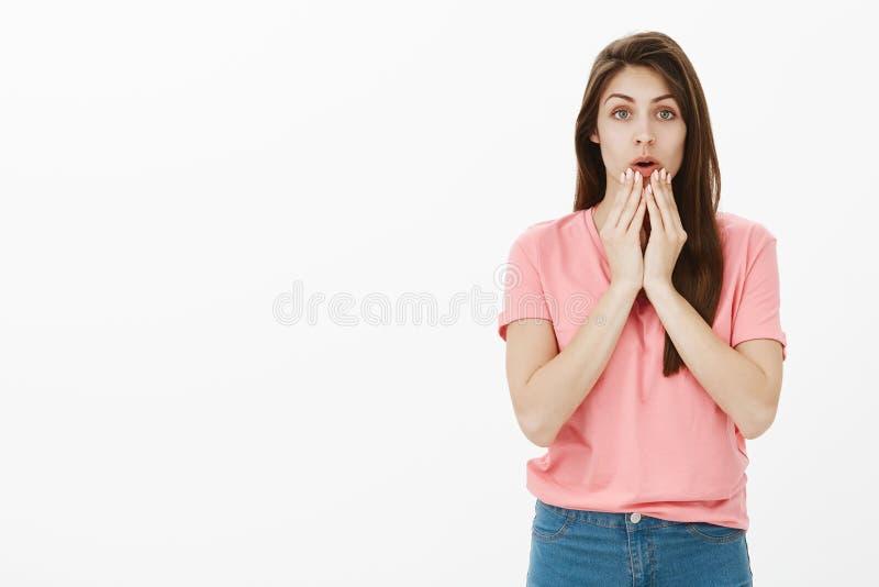 Κορίτσι που ανησυχεί για τον αγαπημένο χαρακτήρα ενώ στον κινηματογράφο προσοχής κινηματογράφων Συγκλονισμένη νευρική όμορφη γυνα στοκ εικόνες με δικαίωμα ελεύθερης χρήσης