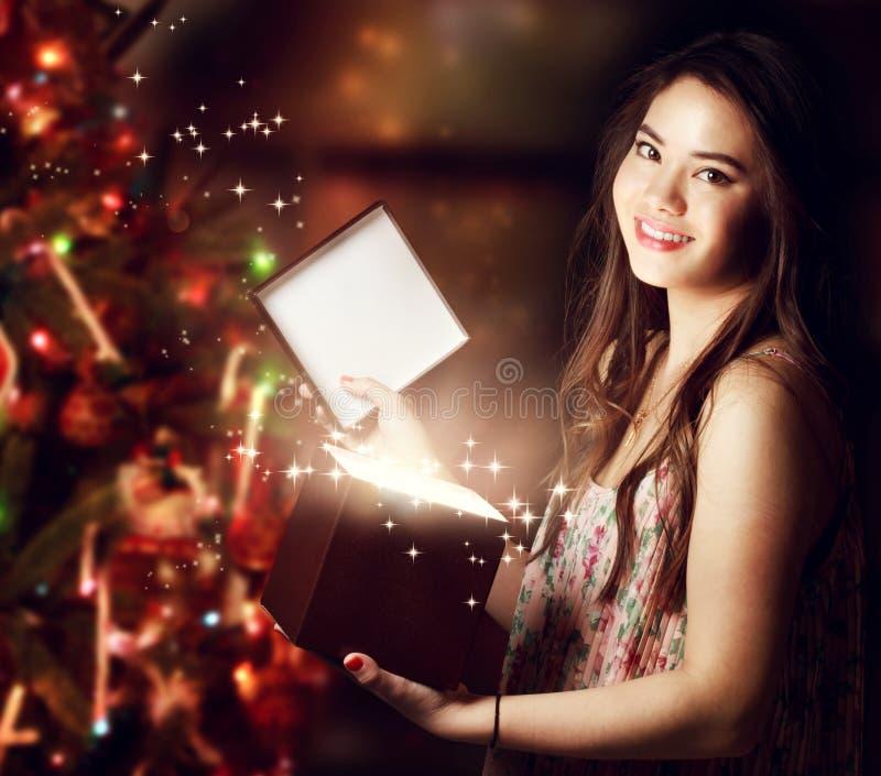 Κορίτσι που ανοίγει ένα κιβώτιο δώρων στοκ εικόνα