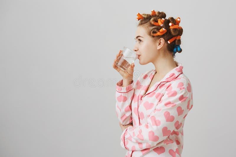 Κορίτσι που απεικονίζει την ανανεωμένη Πορτρέτο σχεδιαγράμματος της χαριτωμένης γυναίκας στο σπίτι, φορώντας nightwear και τρίχας στοκ φωτογραφίες
