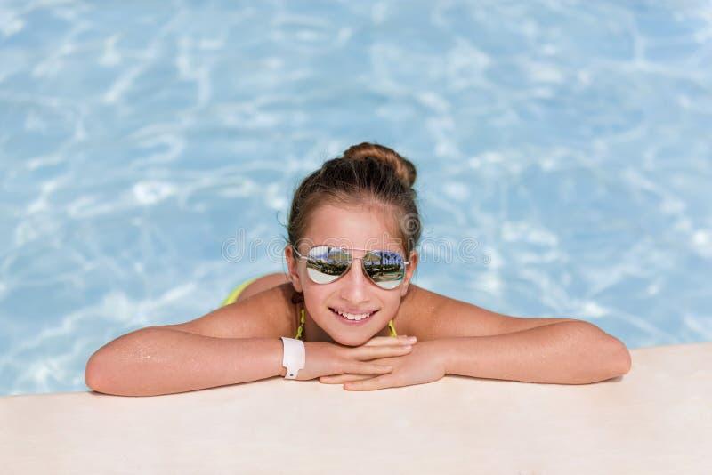 Κορίτσι που απολαμβάνει την εν πλω ακτή Σαββατοκύριακου στοκ εικόνα