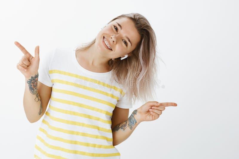 Κορίτσι που απολαμβάνει τη στιγμή με τη μεγάλη μουσική στα earbuds Θετικό όμορφο και χαρούμενο θηλυκό, χορεύοντας και γέρνοντας κ στοκ εικόνα με δικαίωμα ελεύθερης χρήσης