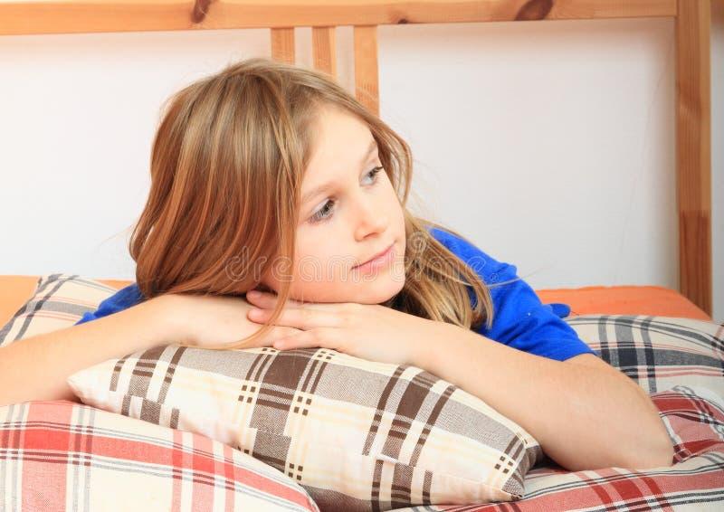 Κορίτσι που βρίσκεται στα μαξιλάρια στοκ φωτογραφίες