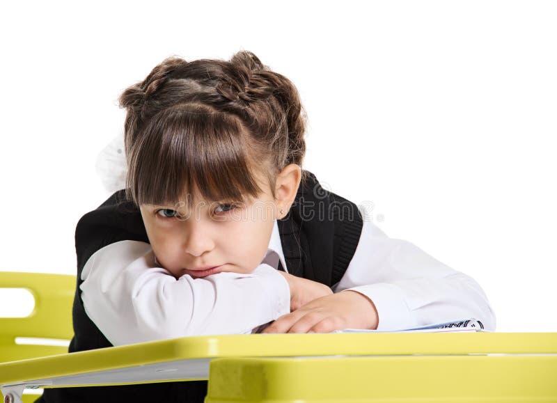 Κορίτσι που βρίσκεται στο γραφείο στοκ φωτογραφίες με δικαίωμα ελεύθερης χρήσης