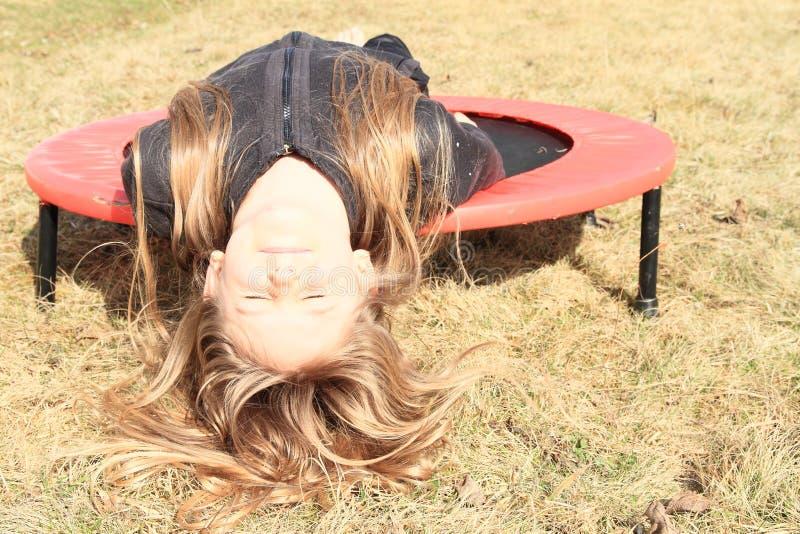 Κορίτσι που βρίσκεται στο τραμπολίνο στοκ εικόνες με δικαίωμα ελεύθερης χρήσης