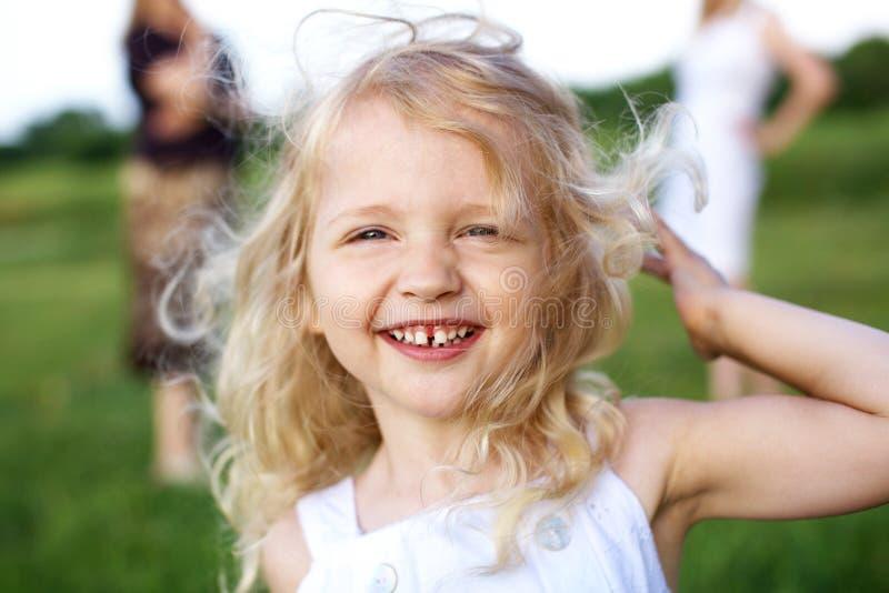 κορίτσι που γελά ελάχισ&tau στοκ φωτογραφίες