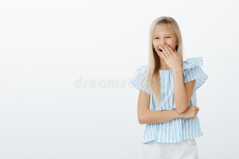 Κορίτσι που γελά πέρα από το αστείο αγόρι στην παιδική χαρά Πορτρέτο χαρούμενου ευτυχούς λίγο παιδί με τα ξανθά μαλλιά, που καλύπ στοκ εικόνα με δικαίωμα ελεύθερης χρήσης