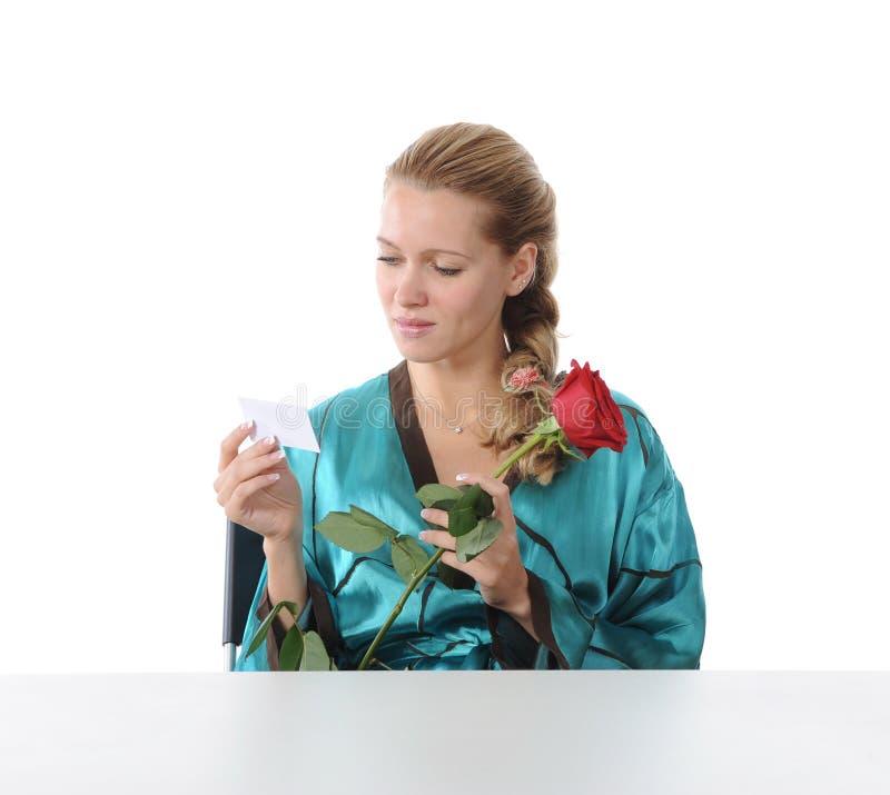Κορίτσι που διαβάζει μια σημείωση αγάπης. στοκ φωτογραφίες