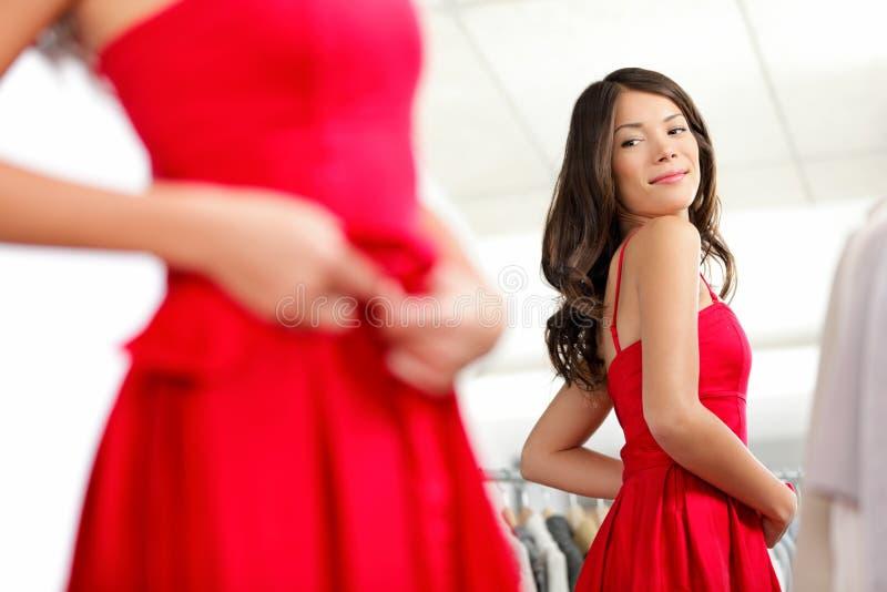Κορίτσι που δοκιμάζει το φόρεμα στοκ εικόνες