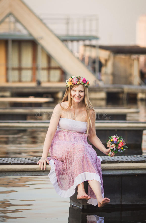 Κορίτσι που εγκαθιστά στην αποβάθρα στη λίμνη στοκ φωτογραφία με δικαίωμα ελεύθερης χρήσης