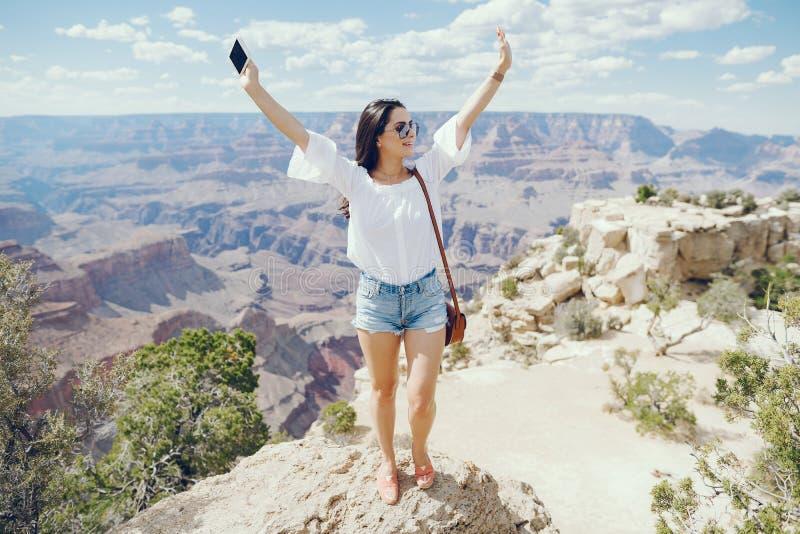 Κορίτσι που εξερευνά το μεγάλο φαράγγι στην Αριζόνα στοκ φωτογραφίες