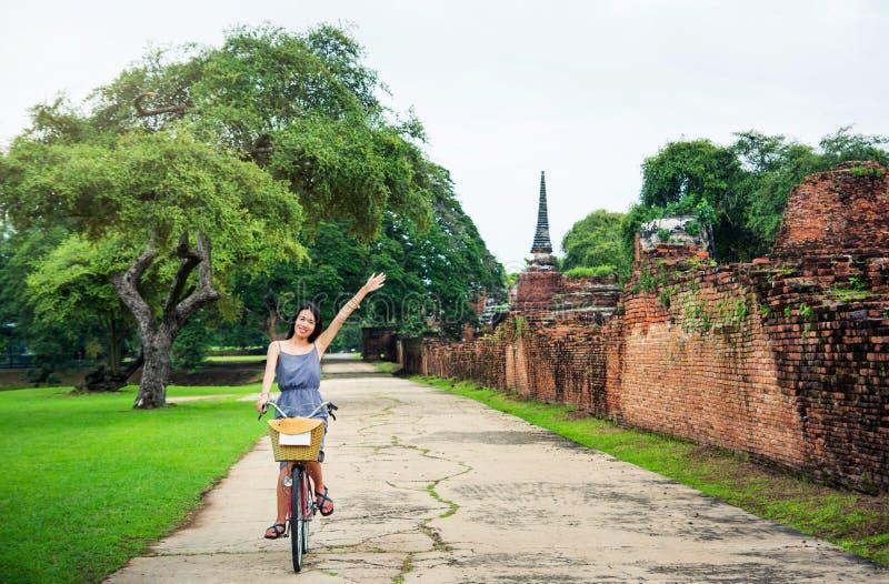 Κορίτσι που εξερευνά Ayutthaya στο ποδήλατο στοκ φωτογραφίες με δικαίωμα ελεύθερης χρήσης