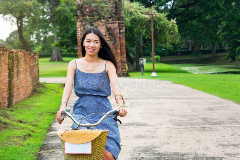 Κορίτσι που εξερευνά Ayutthaya στο ποδήλατο στοκ φωτογραφία