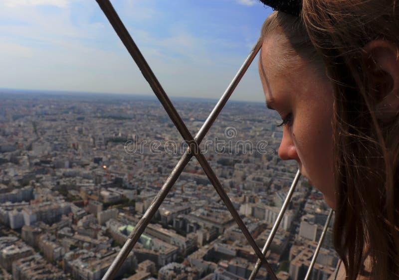 Κορίτσι που εξετάζει κάτω την πόλη στοκ εικόνες με δικαίωμα ελεύθερης χρήσης
