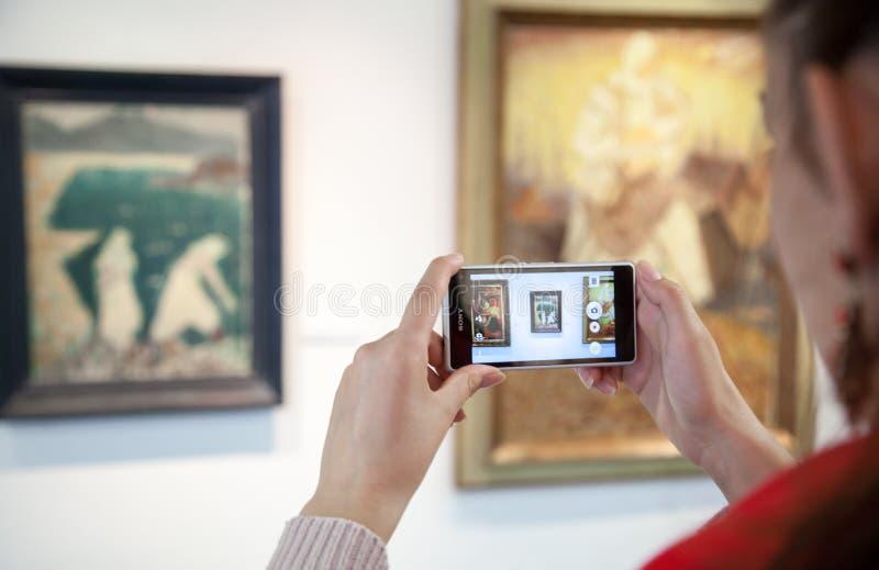 Κορίτσι που εξετάζει τη ζωγραφική Bazovsky, Σλοβακία στοκ εικόνα με δικαίωμα ελεύθερης χρήσης