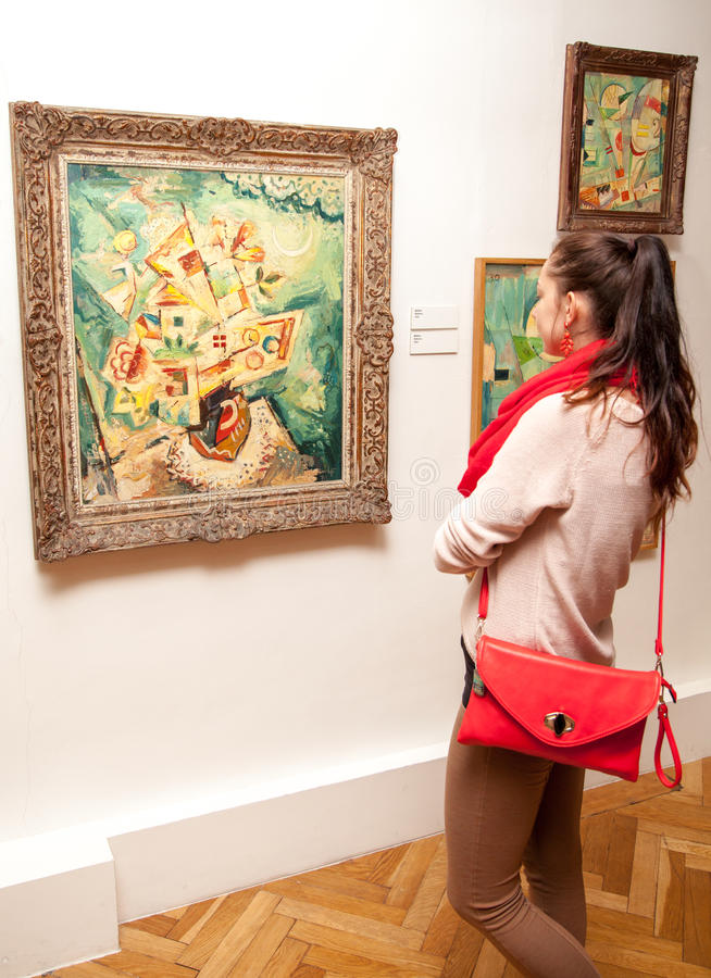 Κορίτσι που εξετάζει τη ζωγραφική Fulla, Σλοβακία στοκ εικόνα