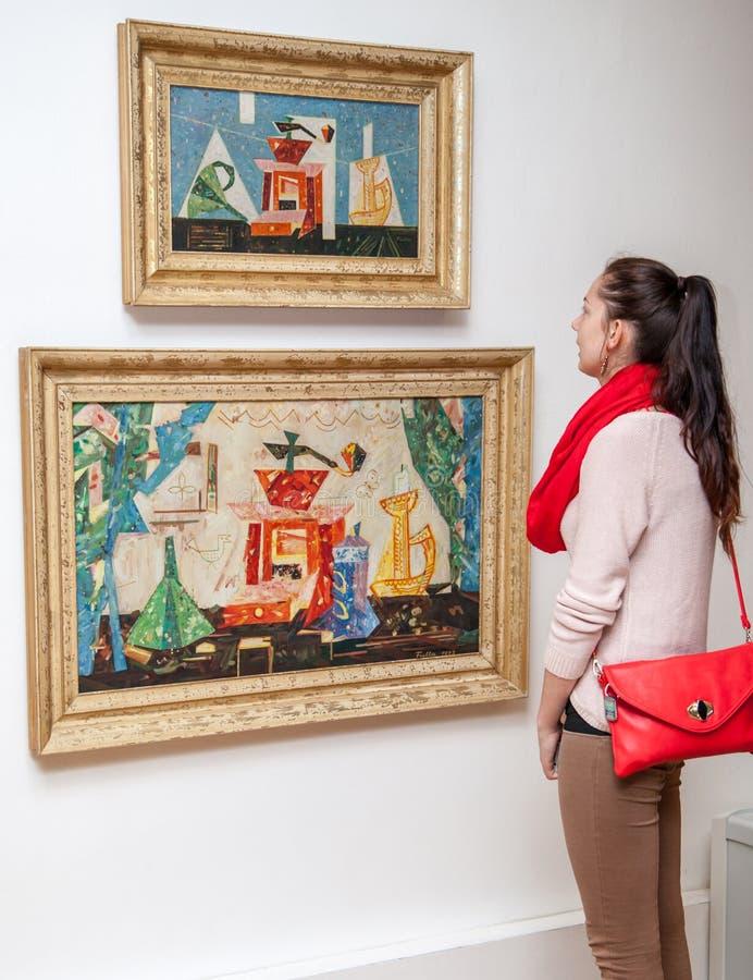 Κορίτσι που εξετάζει τη ζωγραφική Fulla, Σλοβακία στοκ φωτογραφίες