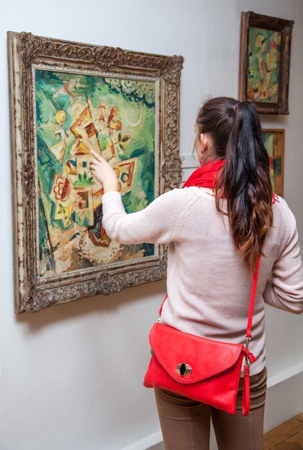 Κορίτσι που εξετάζει τη ζωγραφική Fulla, Σλοβακία στοκ εικόνες