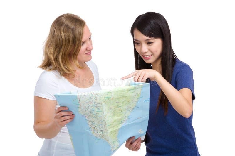 Κορίτσι που εξετάζει το χάρτη με τη διαφορετική χώρα στοκ φωτογραφίες
