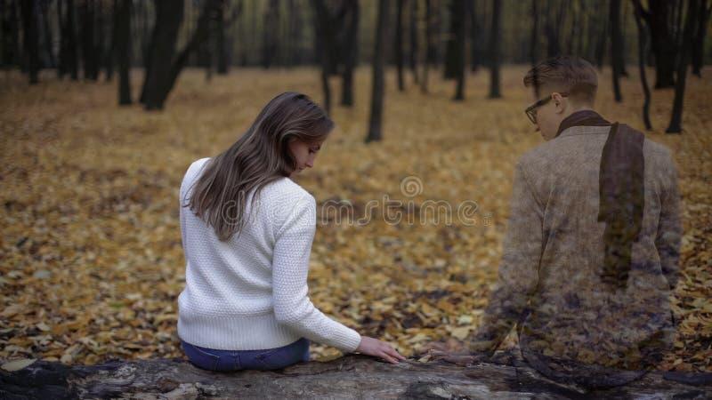 Κορίτσι που επιστρέφει στη θέση των ημερομηνιών και που αισθάνεται το πνεύμα της παρουσίας της αγαπημένης στοκ φωτογραφία