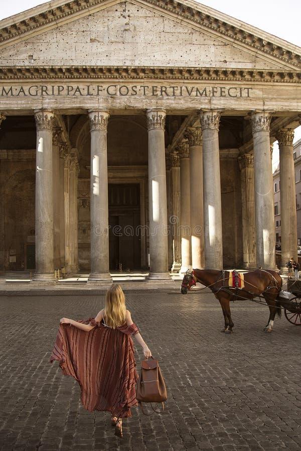 Κορίτσι που θέτει την ανατολή Ρώμη Ιταλία ι Pantheon στοκ φωτογραφία με δικαίωμα ελεύθερης χρήσης