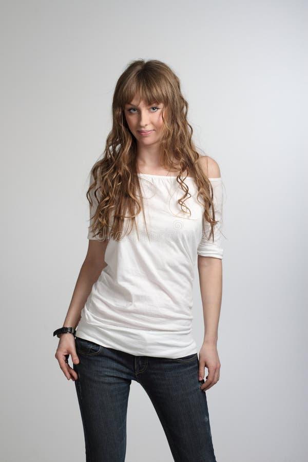 κορίτσι που θέτει το πουκάμισο που χαμογελά τις λευκές νεολαίες τ στοκ εικόνες με δικαίωμα ελεύθερης χρήσης