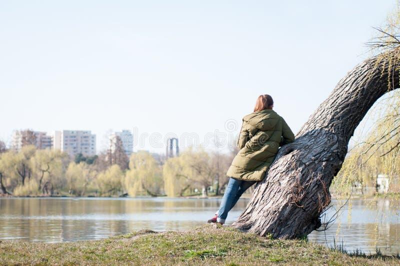Κορίτσι που θαυμάζει το πάρκο στοκ φωτογραφία με δικαίωμα ελεύθερης χρήσης
