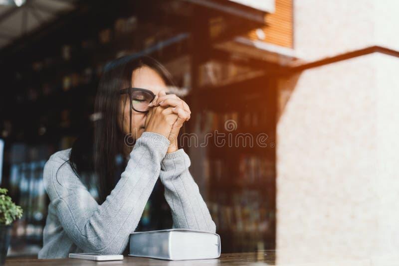 Κορίτσι που διαβάζει τη Βίβλο στον καφέ βιβλιοθηκών στοκ εικόνες με δικαίωμα ελεύθερης χρήσης