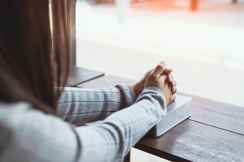 Κορίτσι που διαβάζει τη Βίβλο στον καφέ στοκ εικόνες με δικαίωμα ελεύθερης χρήσης