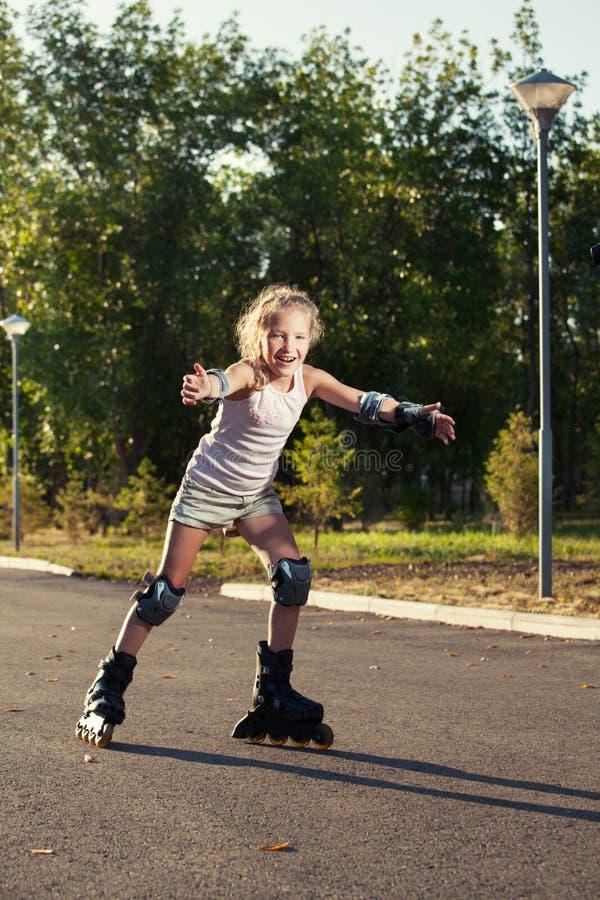 Κορίτσι που κάνει πατινάζ υπαίθρια στοκ φωτογραφία με δικαίωμα ελεύθερης χρήσης