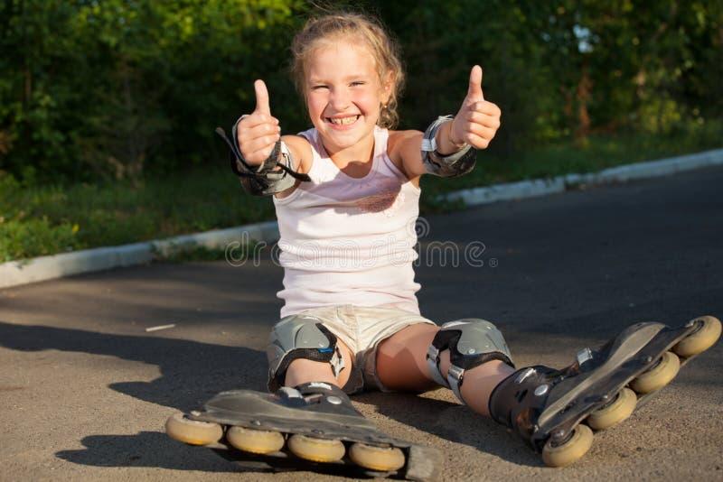 Κορίτσι που κάνει πατινάζ υπαίθρια στοκ φωτογραφίες