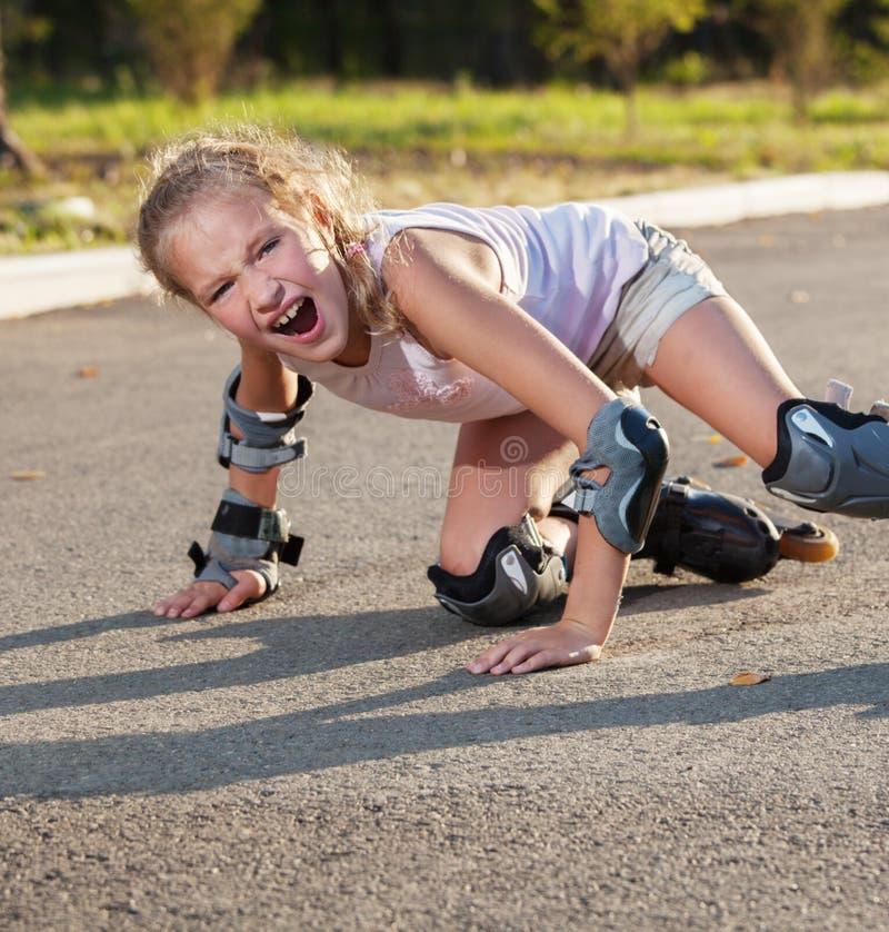 Κορίτσι που κάνει πατινάζ υπαίθρια στοκ εικόνες