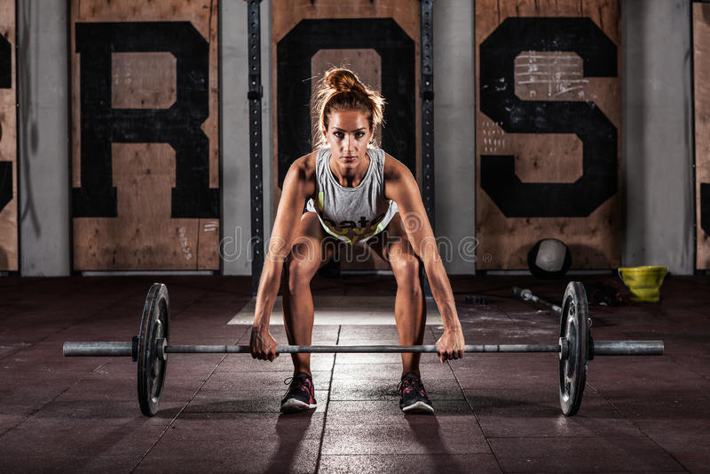 Κορίτσι που κάνει τη βαριά άσκηση deadlift στοκ εικόνα
