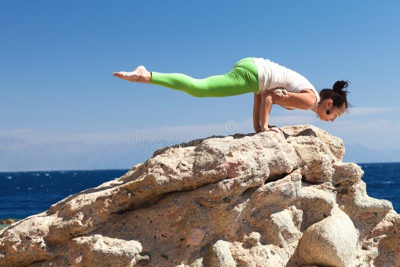 Κορίτσι που κάνει τη γιόγκα στην παραλία στοκ φωτογραφία με δικαίωμα ελεύθερης χρήσης