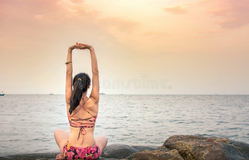 Κορίτσι που κάνει τη γιόγκα στην παραλία στοκ φωτογραφία