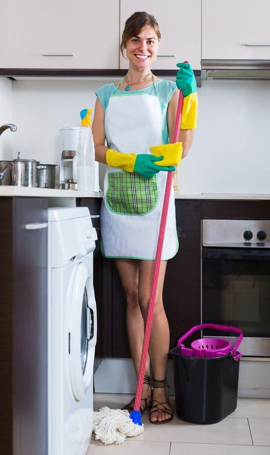 Κορίτσι που κάνει τον επαγγελματικό καθαρισμό στοκ εικόνες