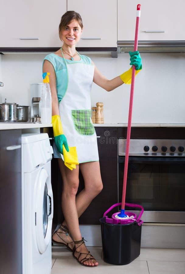 Κορίτσι που κάνει τον επαγγελματικό καθαρισμό στοκ εικόνα με δικαίωμα ελεύθερης χρήσης