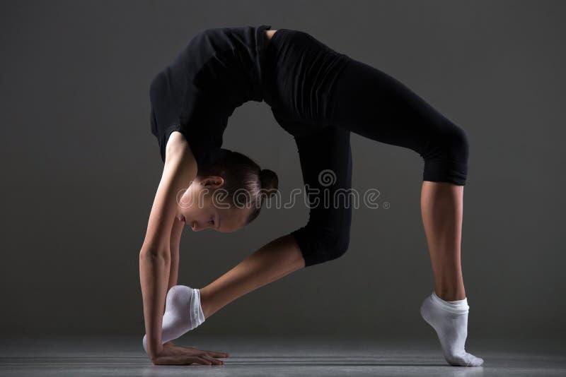 Κορίτσι που κάνει backbend την άσκηση στοκ φωτογραφίες με δικαίωμα ελεύθερης χρήσης