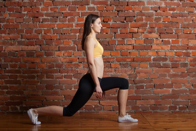 Κορίτσι που κάνει lunge στοκ φωτογραφία με δικαίωμα ελεύθερης χρήσης