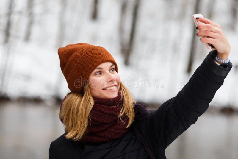 Κορίτσι που κάνει selfie στο πάρκο στοκ φωτογραφία με δικαίωμα ελεύθερης χρήσης