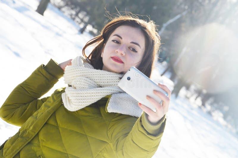 Κορίτσι που κάνει selfie στο χειμερινό πάρκο στοκ φωτογραφία με δικαίωμα ελεύθερης χρήσης